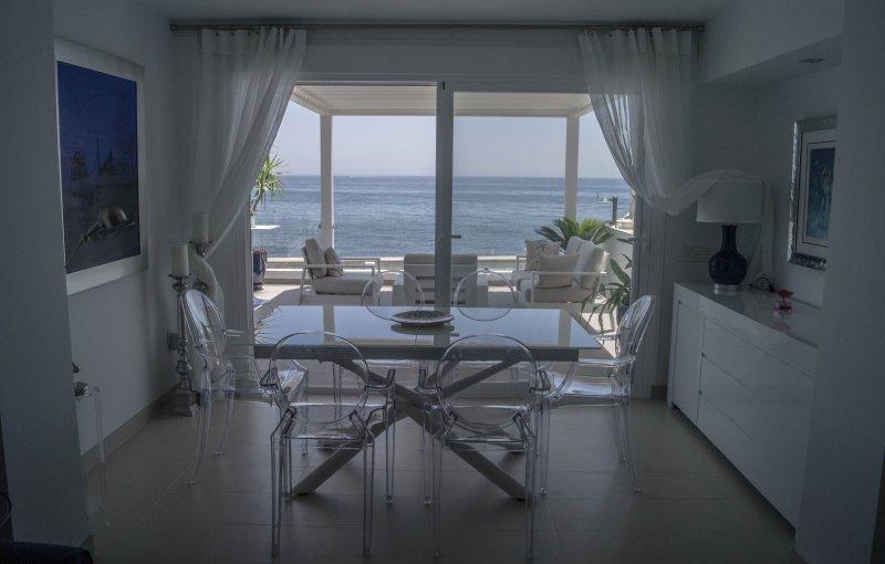 BRISAS DEL MAR, casa contemporánea al borde del mar en Bahia Dorada, Estepona, vacation rental in Estepona