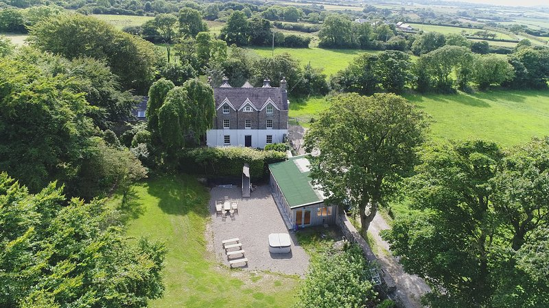 5* The Old Rectory & Sunny Retreat Cottage, alquiler vacacional en Newport -Trefdraeth