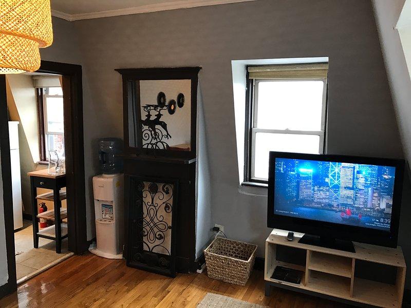 Vista do sofá com entrada para a cozinha para a TV esquerdo vem com Google chromecast