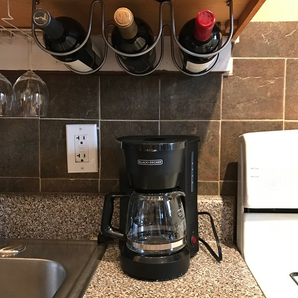 Cafeteira / armazenamento do vinho em balcão