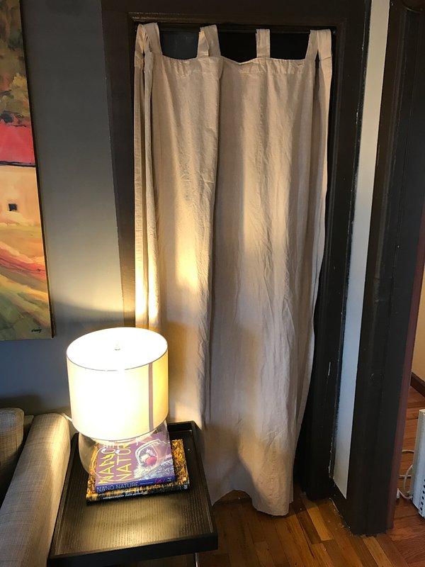 cortinas de puxar de área de armazenamento perto