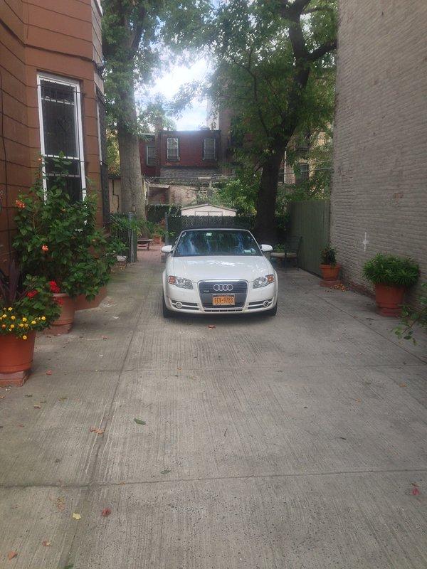 garagem enorme para estacionamento levando para o quintal