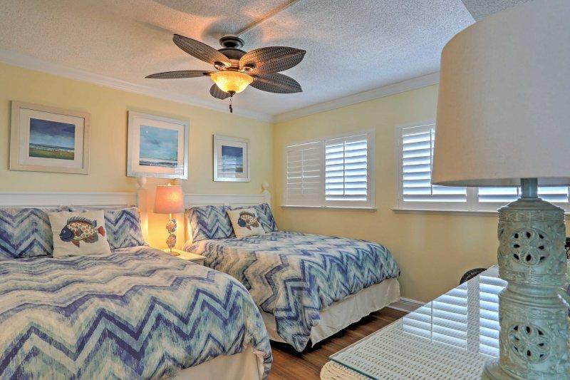 A casa dispõe de 2 quartos para os hóspedes para dormir.