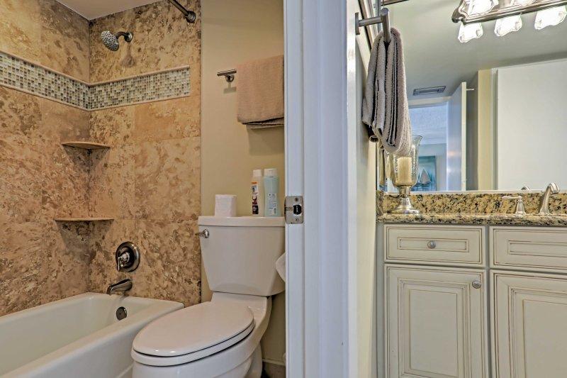 A casa dispõe de 2 casas de banho para uso dos hóspedes.