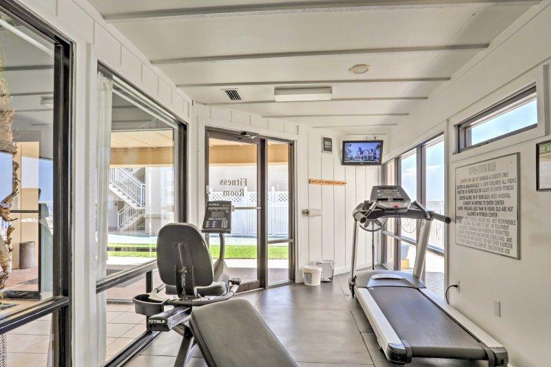 Mantenha-se em forma durante a sua estadia com este sala de fitness.