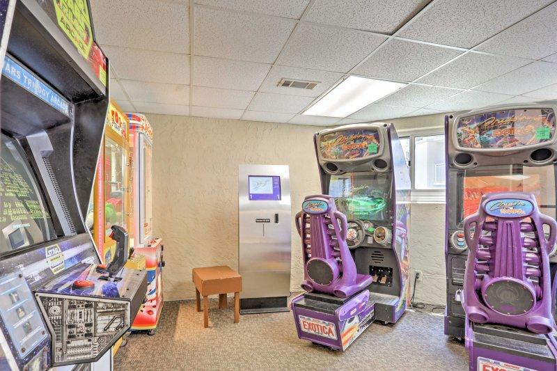 As crianças vão adorar jogar jogos na sala de arcade.