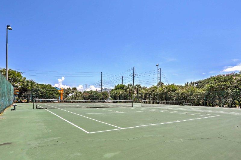Desafie um companheiro de viagem para um jogo de ténis.