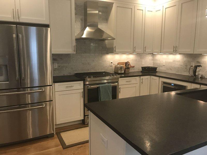 Küche mit Küchengeräten aus Edelstahl