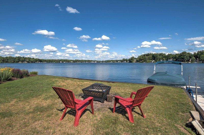 Lakefront Benton Harbor Home w/Dock & Huge Yard!, location de vacances à Eau Claire