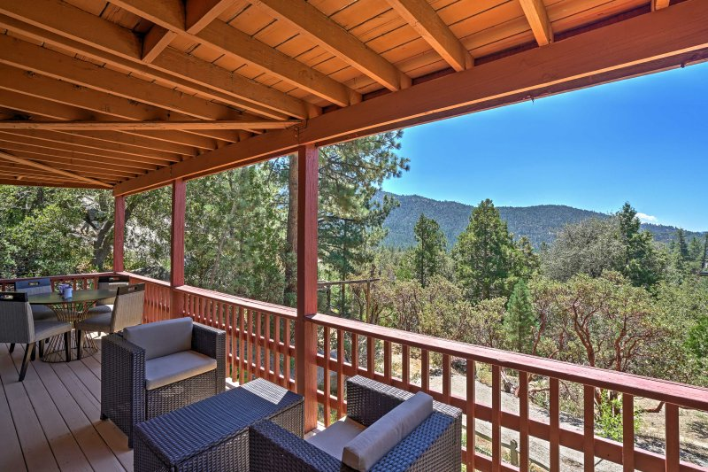 Spacious Idyllwild Cabin w/ Private Hot Tub!, alquiler de vacaciones en Pine Cove
