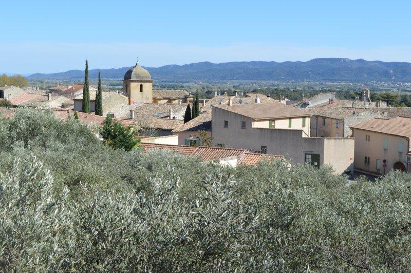 Gîte **  au pied du Lubéron dans résidence sécurisée avec piscine, holiday rental in Vaucluse