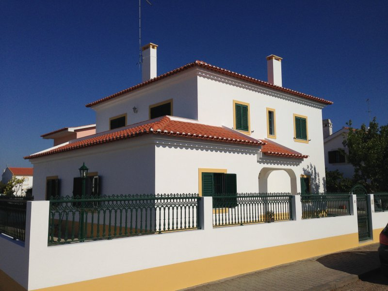Family House in Alentejo Coast 5 minutes from the beach, casa vacanza a Vila Nova de Santo Andre