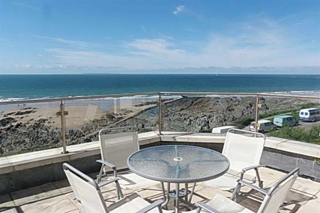 5 Little Beach - glorious seafront apartment directly on the esplanade, holiday rental in Mortehoe