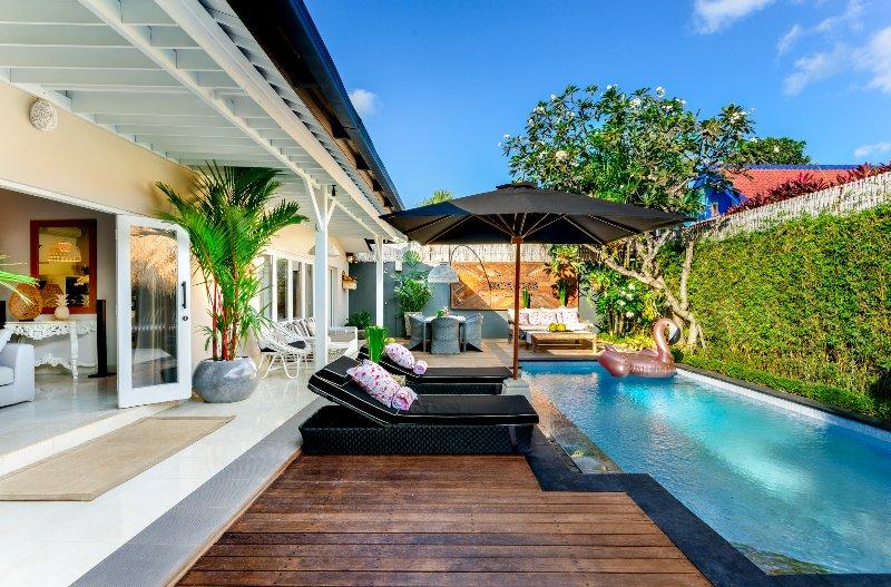 Sala de relax junto a la piscina n el sol y disfrutar de algunos rayos