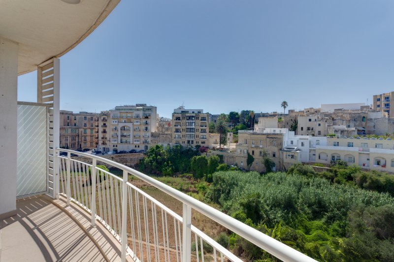 Luxury 2 Bedroom Apartment in St Julians (ENHANCED CLEANING PROTOCOL), Ferienwohnung in San Ġiljan