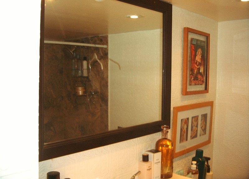 banheiro no térreo completo, 12 passos para baixo, 4 pc, teto muito baixo.