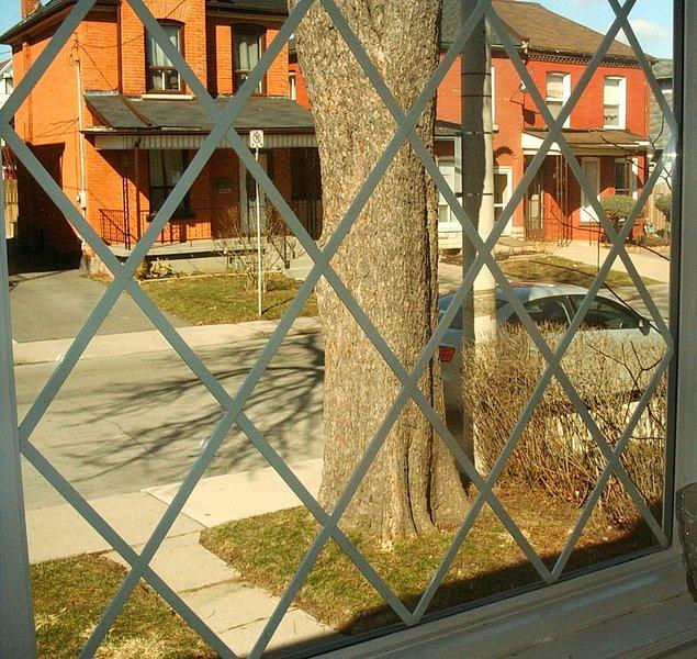 Detalhe de sua janela da frente com vista para a rua. Também inclui cortinas opacas.
