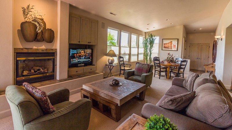 Grande sala com TV de tela plana e lareira a gás