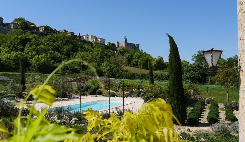 a cidade fortificada de Lussan, a piscina cercada por lavanda