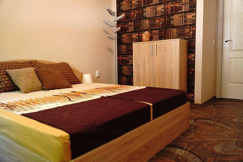 O quarto oferece uma cama king-size com colchões muito confortáveis.