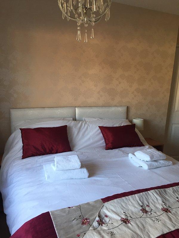 Das vordere Schlafzimmer. Dies kann entweder ein König oder zwei Einzelbetten sein. Auch ein Kleiderschrank und Kommode.
