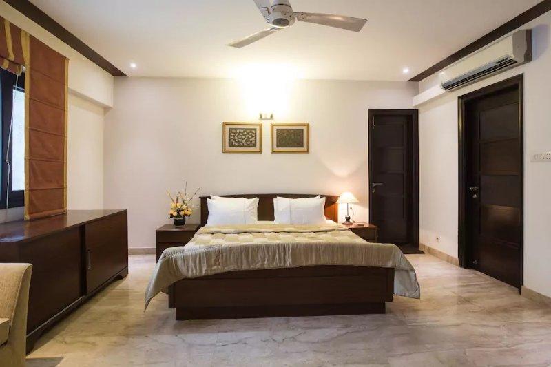 Onze slaapkamer met een luxe dubbel bed
