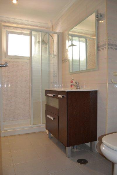Komplett ausgestattete Bad / eingerichtetes Badezimmer