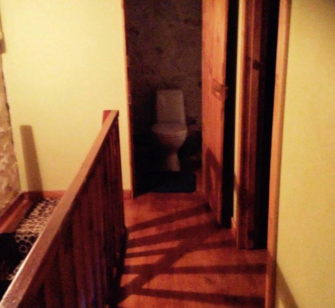 En trappa upp hall och badrum