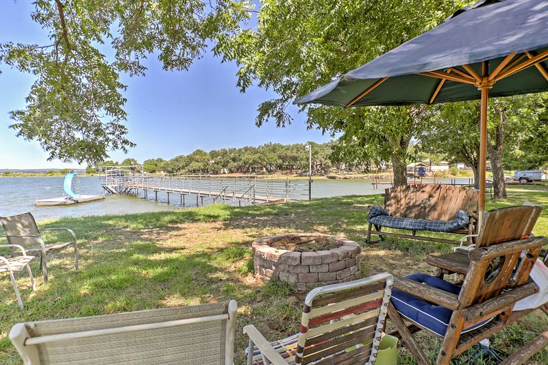 Prahlerei 3.000 Quadratmeter, hat dieses Haus am See mehr als genug Platz, um bequem Platz für 8 Personen.