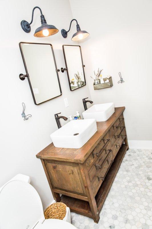 Privado baño principal w / metro ducha de baldosas y suelos de mármol