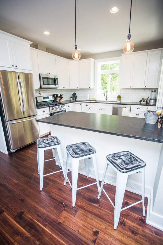, Cocina totalmente equipada hermosa con asientos adicionales en la isla.