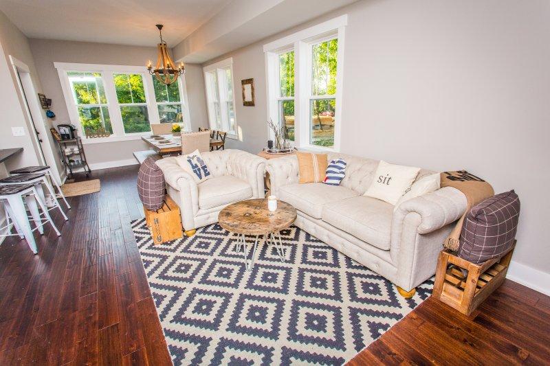 Vista de la sala de estar y comedor muy bien decorado