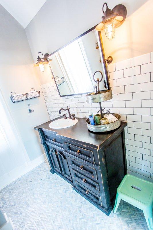 Segundo cuarto de baño nivel, compartida por los gemelos y la reina dormitorios w / suelos de mármol
