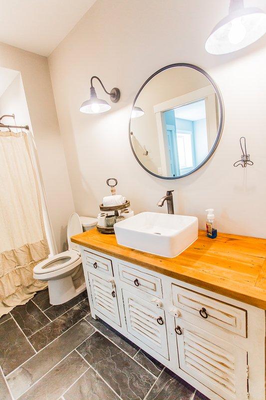 Menor nivel de baño. Accesible desde el pasillo o el dormitorio