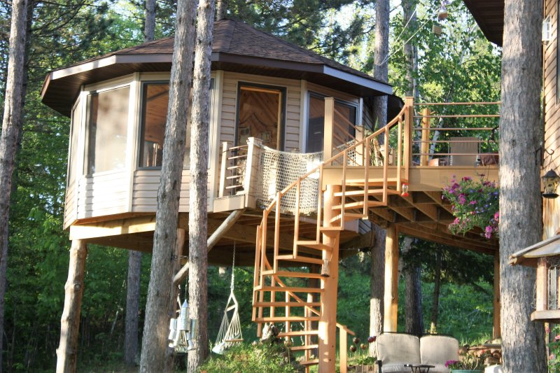 TREE HOUSE CAMPING ON THE LAKE, holiday rental in Blackduck