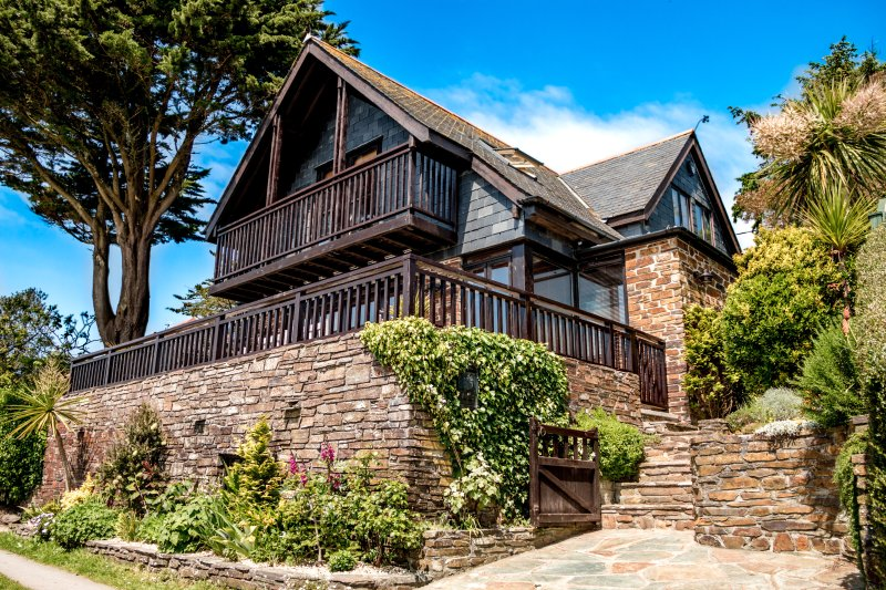 TREGLISSON〜Seaside Fairy Tale Chalet With Unbelievable Sea Views & Popular Beach, holiday rental in Seaton