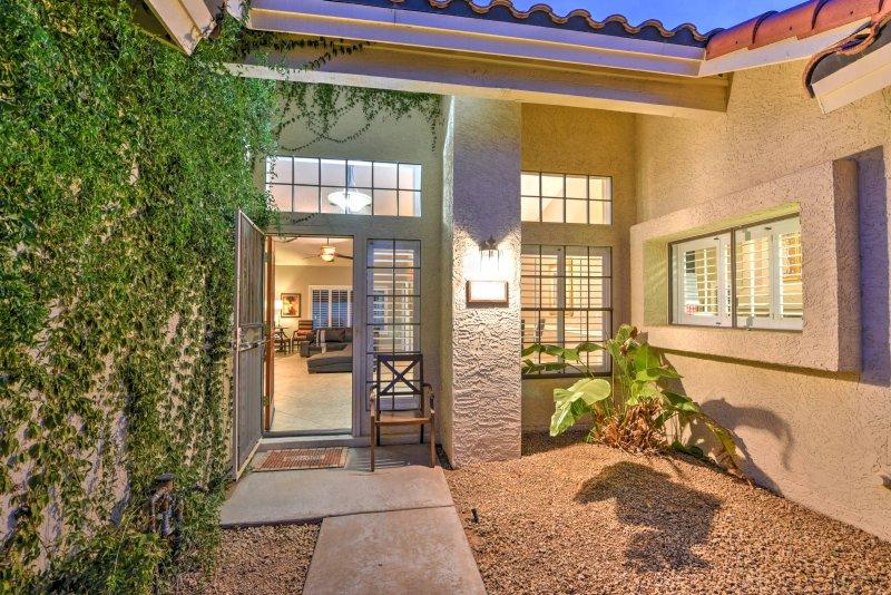 Esta lujosa casa de Scottsdale está cerca de golf, tiendas, restaurantes y mucho más.