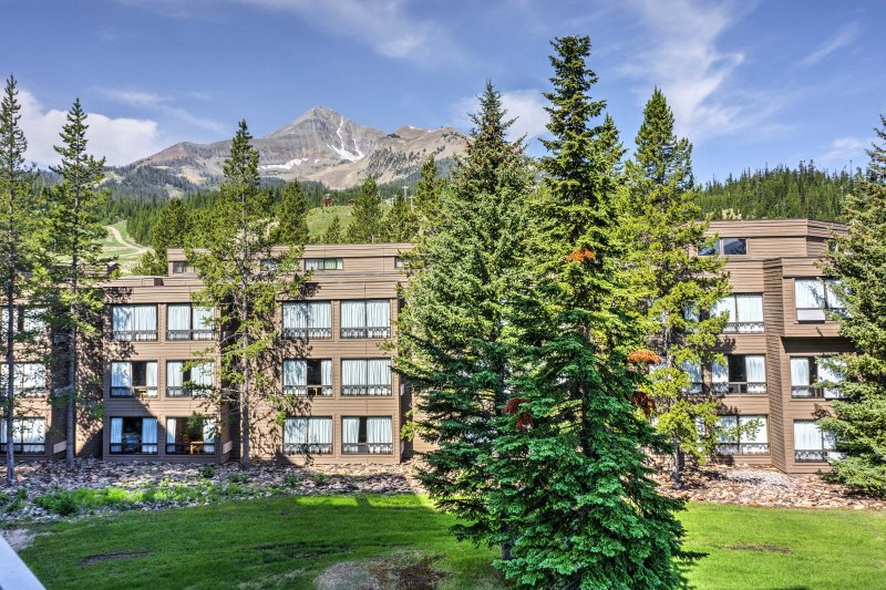 This ski-in/ski-out condo is situated within the Shoshone complex, which offers a heated pool, fitness center, and hot tub.