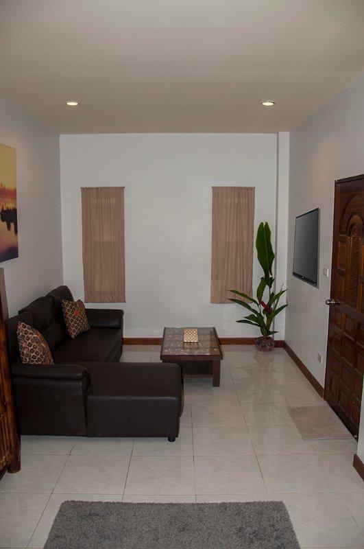 Ruime woonkamer met een flatscreen-tv en wifi.