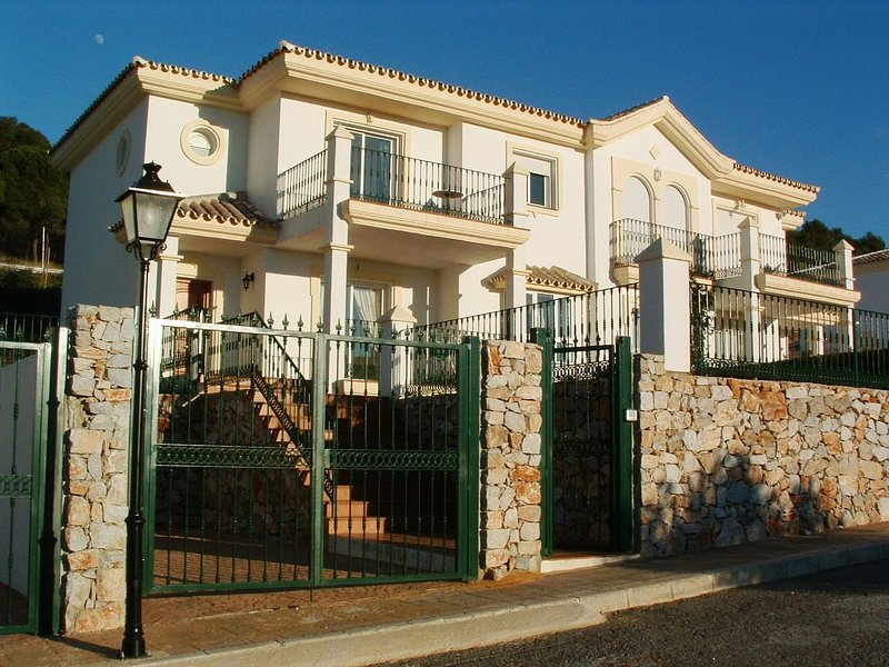 Casa Bruja near Mijas Pueblo: private heated pool, wifi, golf, fabulous views, holiday rental in Alhaurin el Grande
