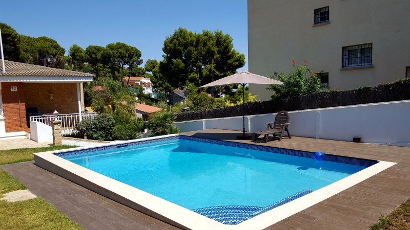 Bungalow with private heated swimming pool, Barcelona Castelldefels Garraf, alquiler vacacional en Cervelló