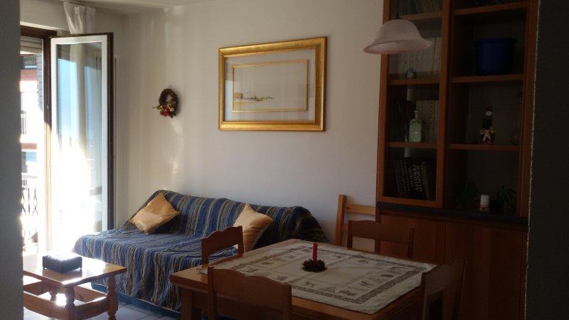 appartamento in piccolo condominio con comodo parcheggio, minimo 1 settimana, location de vacances à Champdepraz