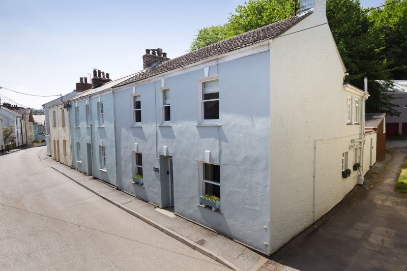 Ninevah, a refurbished village house to sleep 8 with garden and off-road parking, Ferienwohnung in Flushing