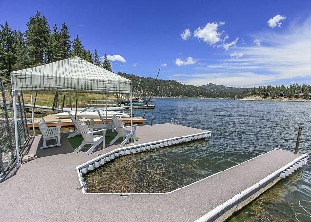 LAKEFRONT! Close to Slopes, Hot Tub, Boat Dock,  NICE!  11 ppl, holiday rental in Big Bear Region
