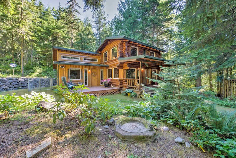 Rustic Sequim Cabin w/ Fire Pit & Forested Views!, holiday rental in Carlsborg