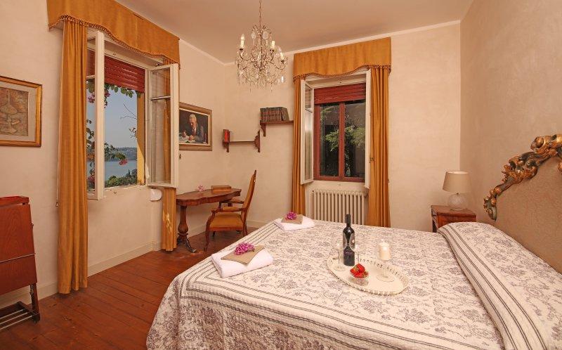 Storica villa con piscina enorme parco e vista lago for Casa moderna gardone