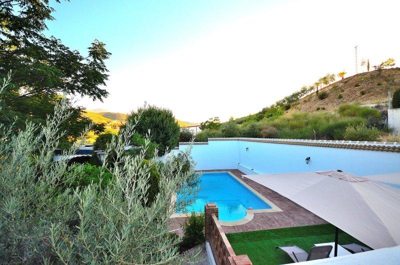 Villa Amparo, jardín, piscina, solarium, picnic, aire acondicionado,calefacción., holiday rental in Almedinilla