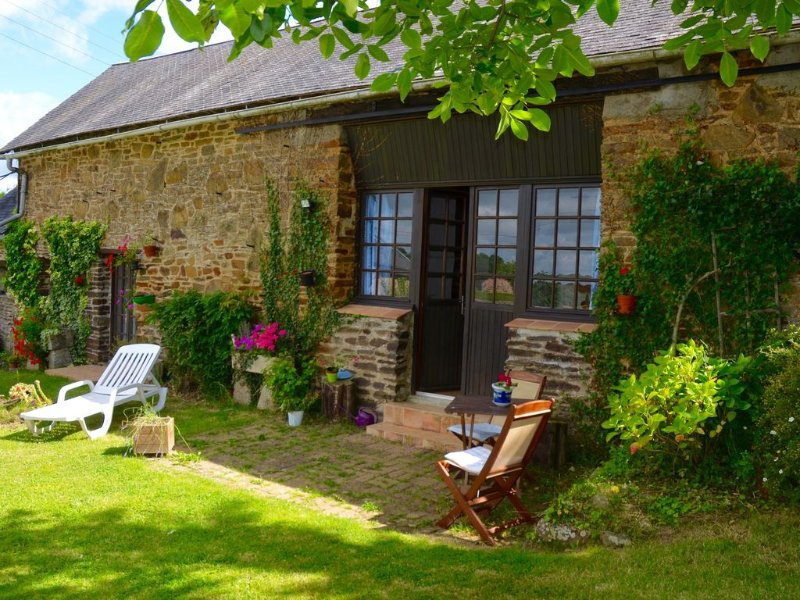 Renovated barn gîte with original details in gently rolling countryside, holiday rental in Herce