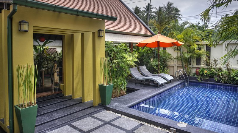 Charming 2 Bed Villa with Pool, wrap around Lotus Pond and Free Transfers, vacation rental in Laem Set
