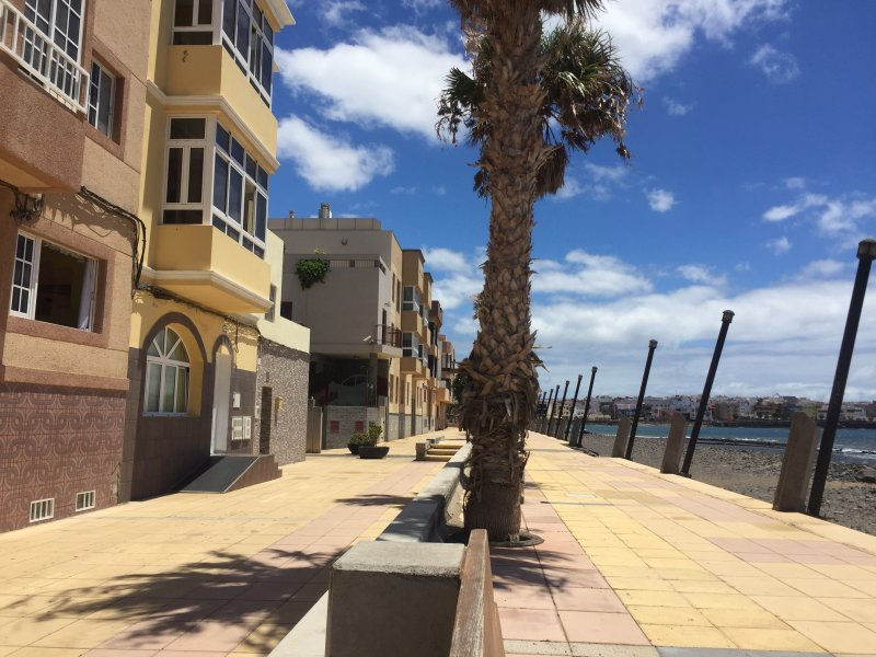 AMAZING APARTMENT ON THE SEA, 2 BEDROOMS, 2 BATHROOMS, holiday rental in Playa de Arinaga
